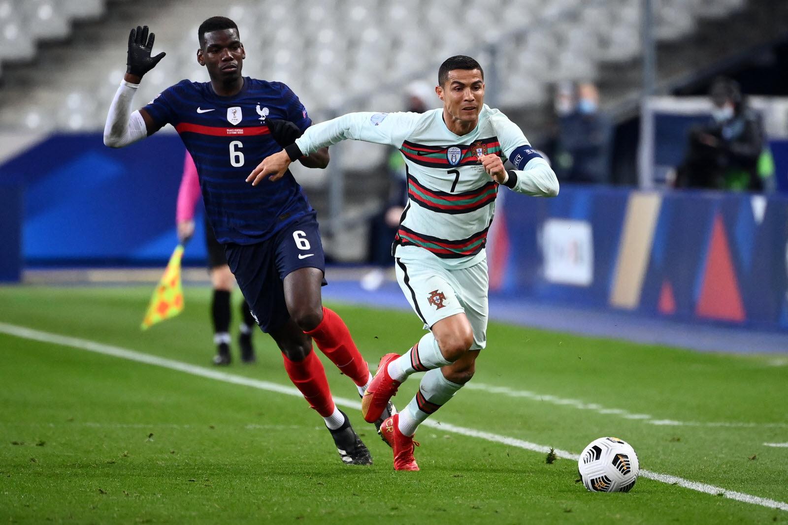 Pogba (bleu) et Ronaldo sous le maillot maillot ? Le PSG y travaillerait.