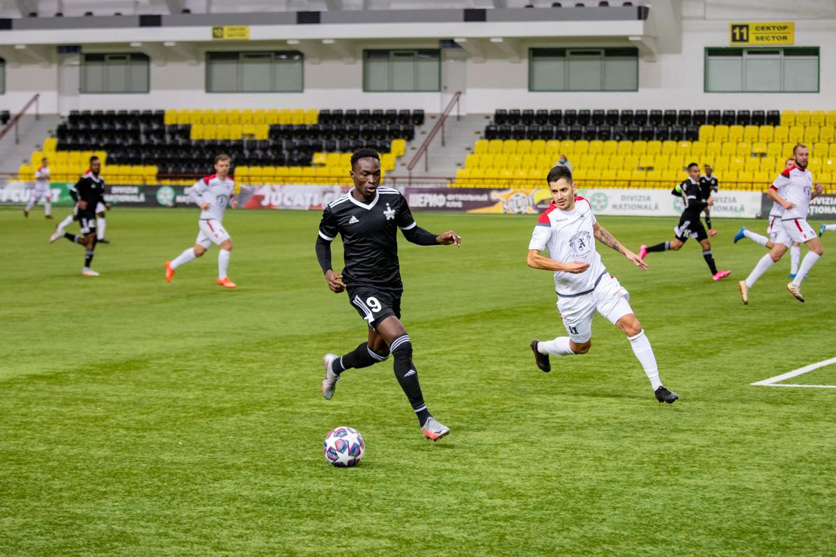 Le Malien Adama Traoré (en noir, lors d'un match du championnat moldave) permet au Sheriff Tiraspol de prendre une sérieuse option pour une qualification pour le deuxième tour de la LDC.