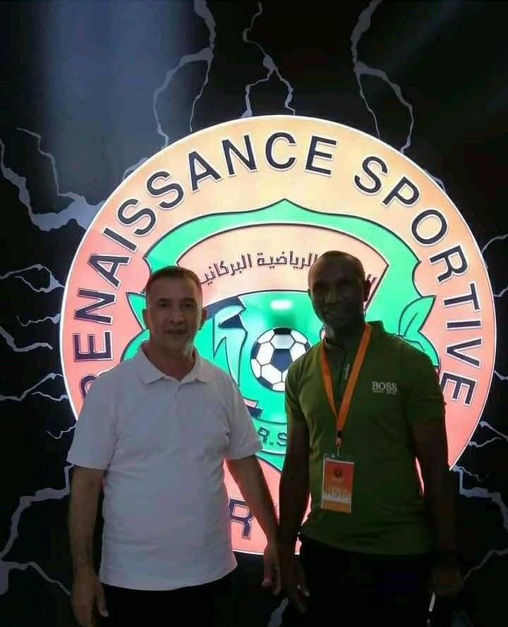 Florent Ibenge posant après la signature de son contrat au club algérien de RS Berkane.