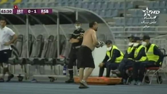 le coach de l'Ittihad Tanger fou de rage contre l'arbitre se déshabille