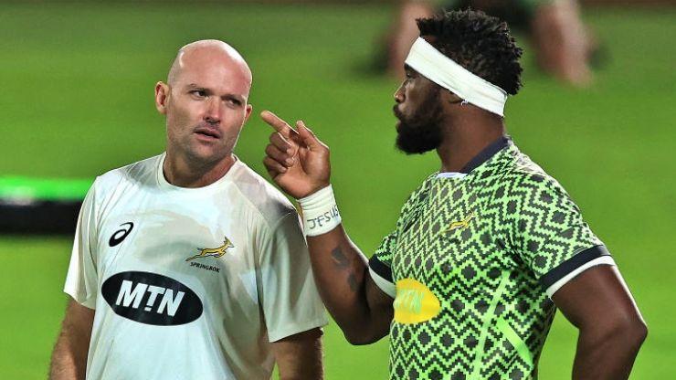 Les Springboks vont reprendre les entraînements sans leur coach, Nienaber (gauche) et leur capitaine, Kolisi, positifs à la Covid-19.