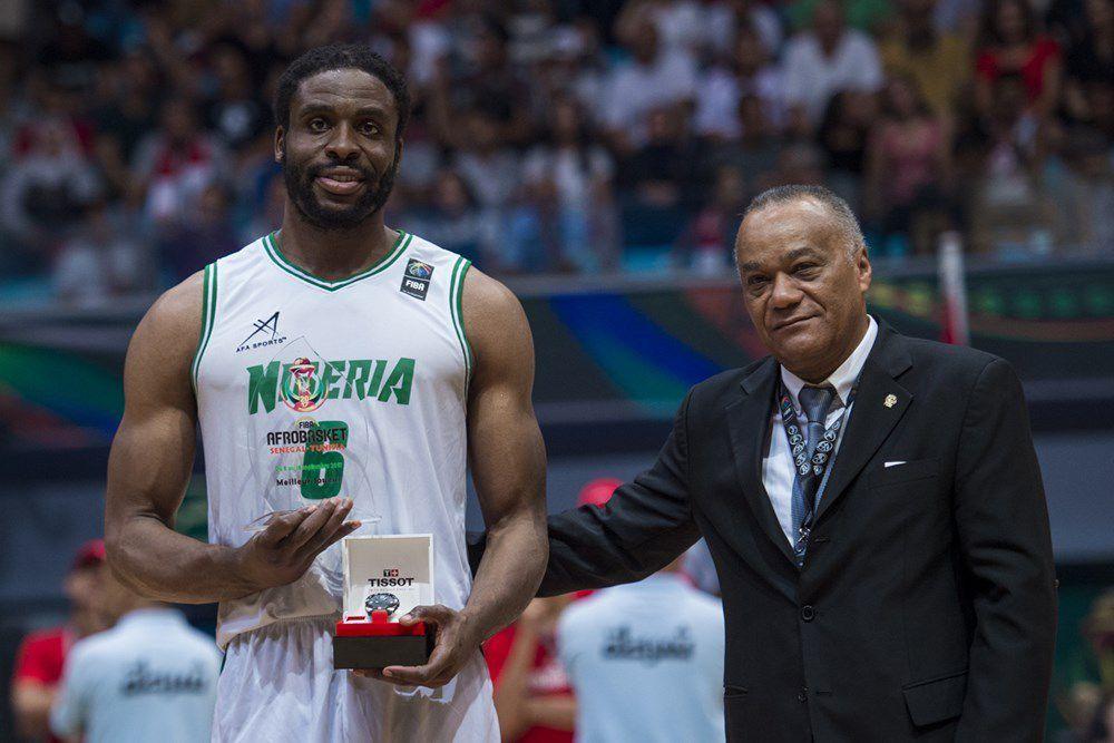 Ike Diogu recevant son trophée de MVP de l'Afrobasket 2017. Le leader des D-Tigers du Nigeria ces dernières années ne sera pas aux JO.