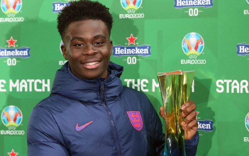 Saka avec son trophée d'Homme du match Rep. tchèque-Angleterre (0-1)