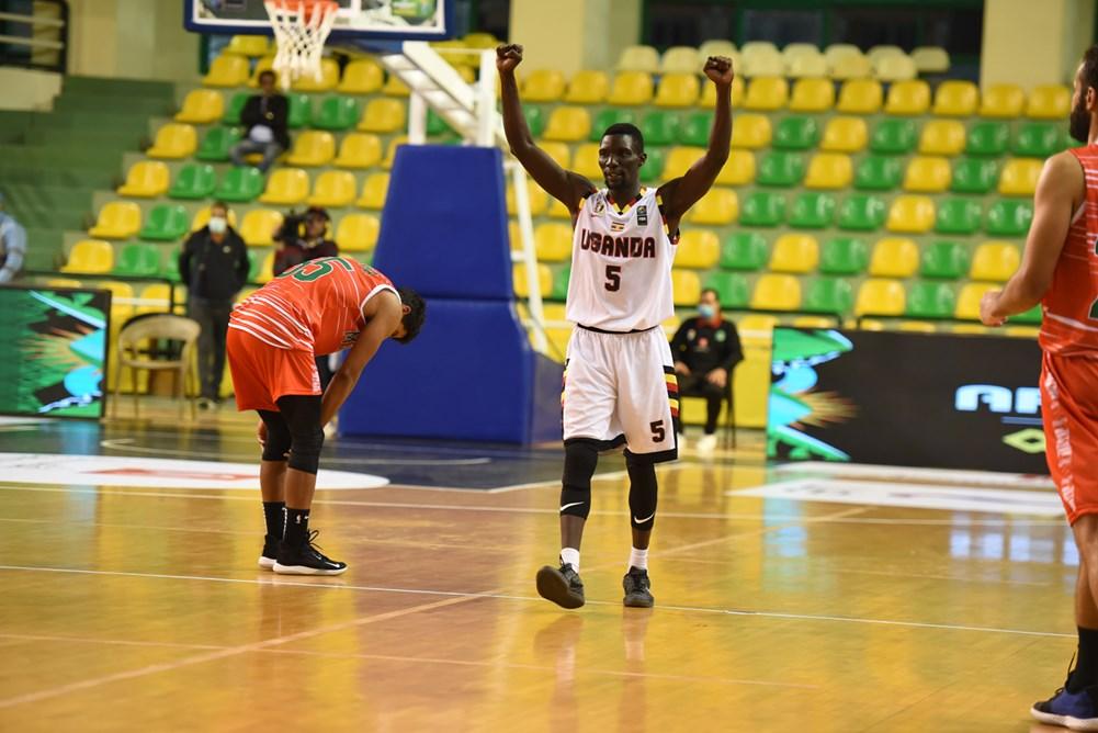 L'Ouganda (en blanc) surclasse le Maroc (rouge) et se qualifie pour l'Afrobasket masculin.