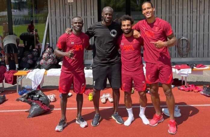 Yaya Touré (en noir) au milieu des joueurs de Liverpool Mané, Salah et Van Dijk (de gauche à droite).