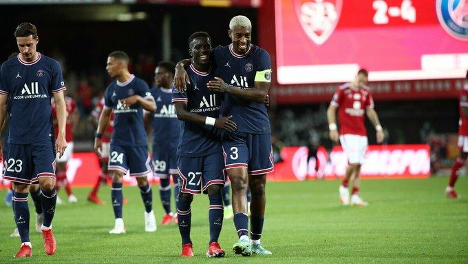 Gana Gueye célèbre avec Kimpebe son joli but contre Brest