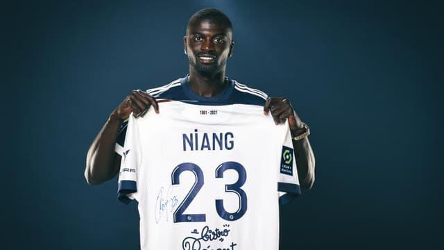 Le néo Bordelais Mbaye Niang pose avec son nouveau maillot.