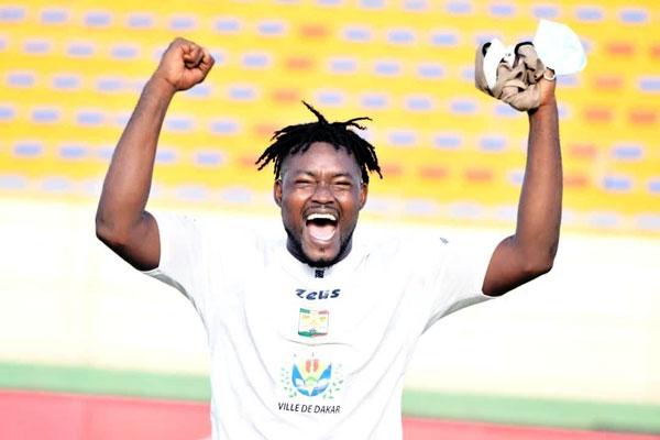 Youssou Paye, désormais ex-capitaine du Jaraaf, file au Koweït.