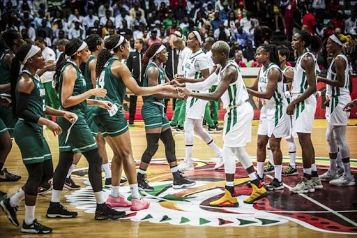 Nigérianes (en vert) et Sénégalaises avant la finale de l'Afrobasket 2019, remportée par les premières.