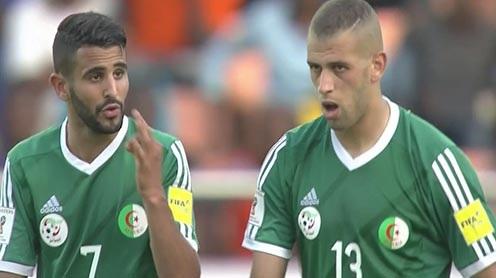 Mahrez (gauche) et Slimani ont pesté contre la pelouse de Blida.