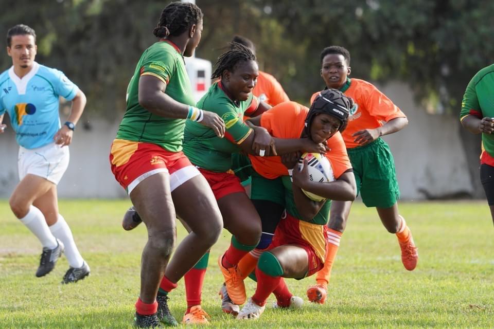 Les Ivoiriennes (en orange) ont peiné face aux Sénégalaises, finalement vainqueurs 45-5.